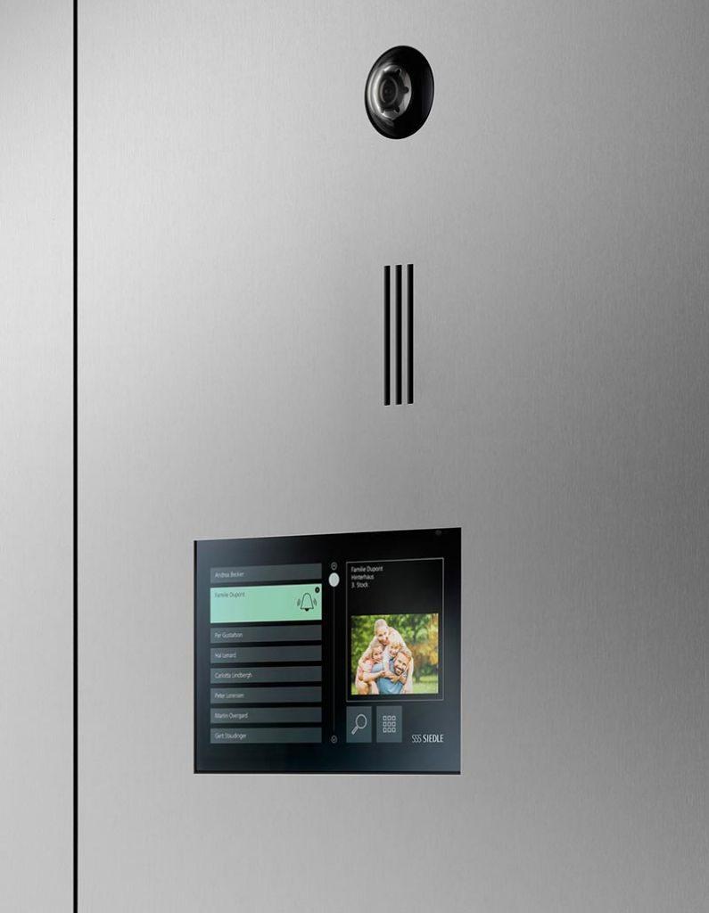 Siedle Touch 10 eignet sich auch zum Einbau in Fassade, Türblende oder Wand. Das abgebildete Beispiel mit Siedle-Kamera 80 und Einbautürlautsprecher kostet im System In-Home-Bus 4.886 Euro (unverbindliche Empfehlung ohne MwSt. für Deutschland).