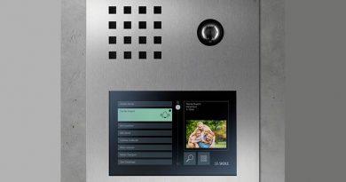 Siedle Touch 10 in der Designlinie Siedle Steel. Die Kombination mit der Siedle-Türstation gewährleistet ein stimmiges Erscheinungsbild.