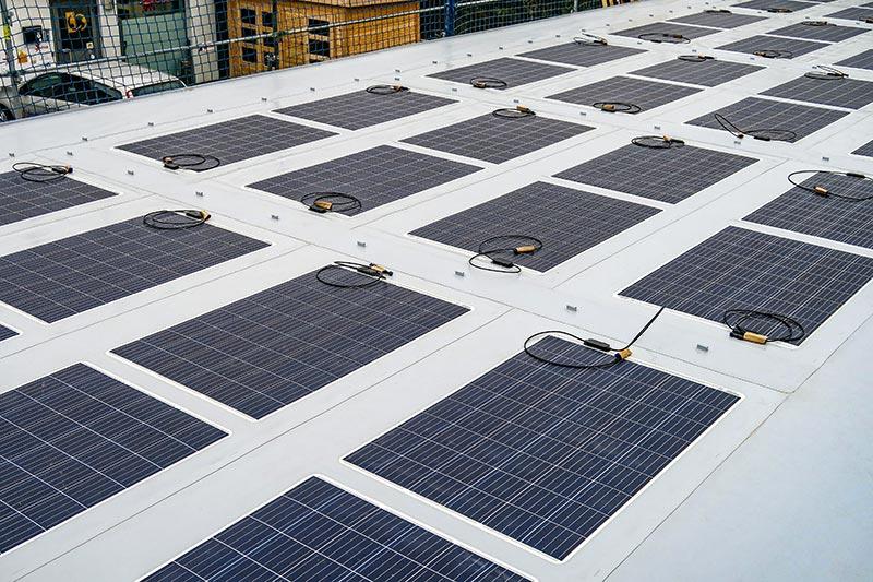 Dank der hohen Effizienz sowie der auf ein Minimum reduzierten Modulabstände benötigt EVALON Solar cSi nur ca. 10 Quadratmeter Dachfläche pro installiertem kWp. Foto: alwitra