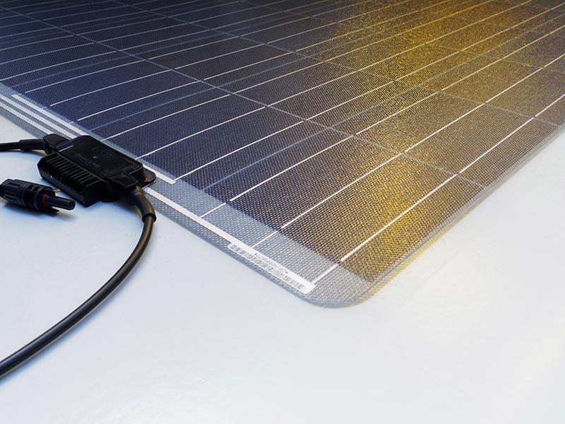 Für eine schnelle und sichere Installation der dachintegrierten PV-Anlage sorgen zudem die oberseitigen Anschlusskabel. Foto: alwitra