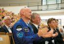 Vom All zurück zu den wissenschaftlichen Wurzeln: ESA-Astronaut Alexander Gerst erhielt den Ehrendoktor der KIT-Fakultäten für Physik und für Bauingenieur-, Geo- und Umweltwissenschaften: v.l.n.r. ESA-Astronaut Alexander Gerst und Prof. Dr.-Ing. Holger Hanselka. Foto: Karlsruher Institut für Technologie