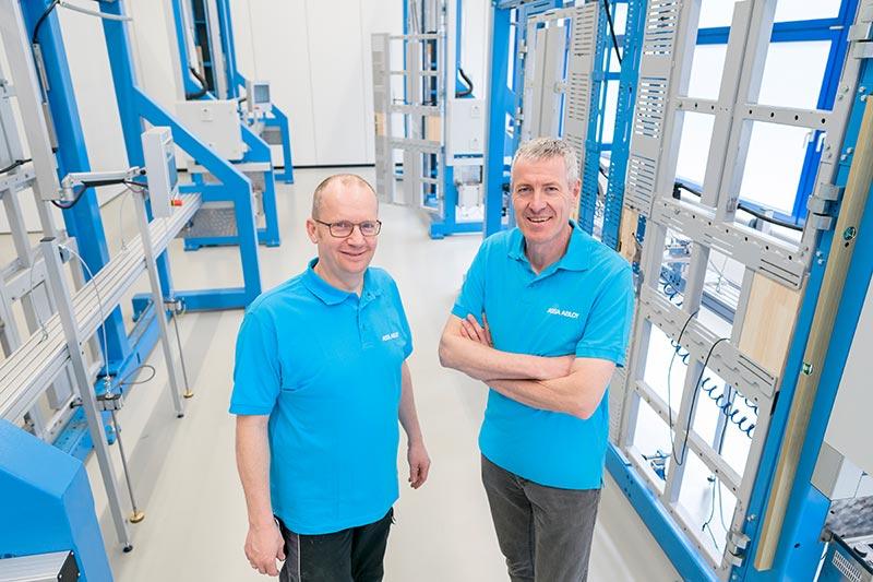 Gerhard Gutmann, Leiter des Prüflabors bei ASSA ABLOY (rechts), und sein Kollege Holger Faust sind bei der Zulassung neuer Produkte jetzt unabhängiger von externen Laborkapazitäten. Foto: ASSA ABLOY Sicherheitstechnik GmbH