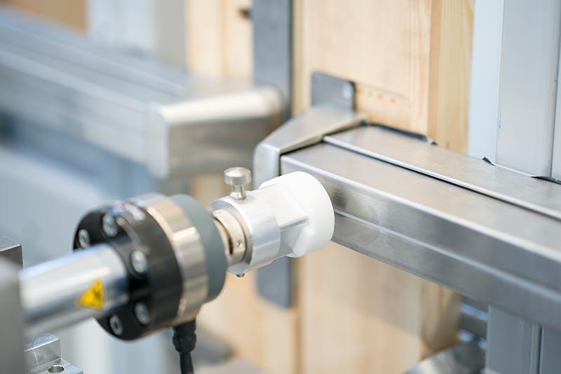 Geprüft werden bei ASSA ABLOY untern anderem die OneSystem-Schlösser – hier eine Messung der Freigabekräfte beim Paniktürverschluss. Foto: ASSA ABLOY Sicherheitstechnik GmbH