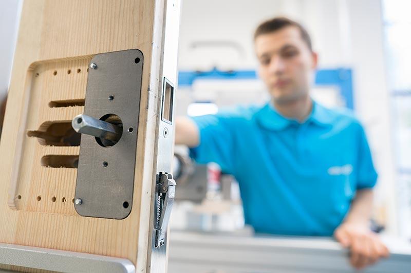 Manuelle Funktionsprüfungen wie hier bei einem Panikgegenkasten werden ebenfalls vorgenommen. Foto: ASSA ABLOY Sicherheitstechnik GmbH