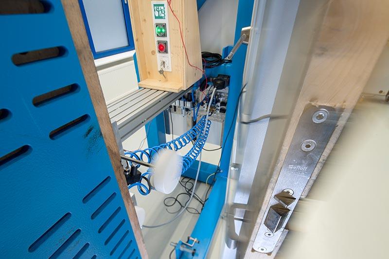 Die elektrische gesteuerte Fluchttüranlage von ASSA ABLOY wird einer Dauerfunktionsprüfung unterzogen. Foto: ASSA ABLOY Sicherheitstechnik GmbH