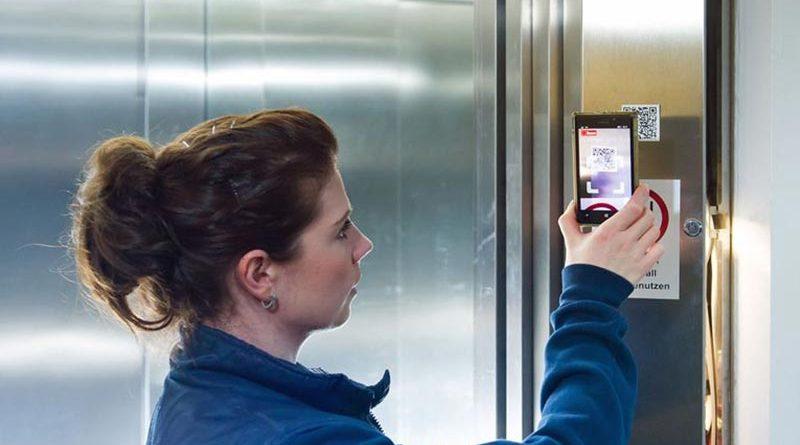 Digitale Aufzugsprüfung: TÜV NORD Sachverständige bei der Arbeit. Bild: TÜV NORD/Hauke Hass