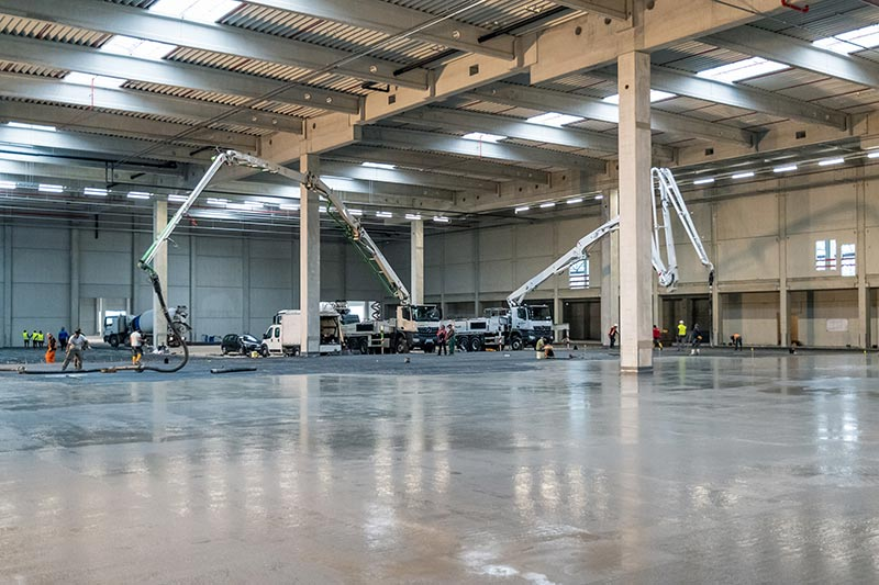Betonage der Hallen für Warenein- und -ausgang mit Pumpen. Foto: Dyckerhoff / Christoph Mertens
