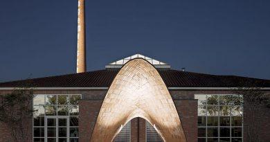 """Der Klinkerpavillon ist das neue Wahrzeichen vor dem Ausstellungszentrum des Hagemeister Ziegelwerks. Mit einer Verbindung aus Ziegel, Carbontextil sowie Betonmörtel konnte eine tragfähige """"Schale"""" mit einer weiten Auskragung realisiert werden. Foto: Karl Banski"""