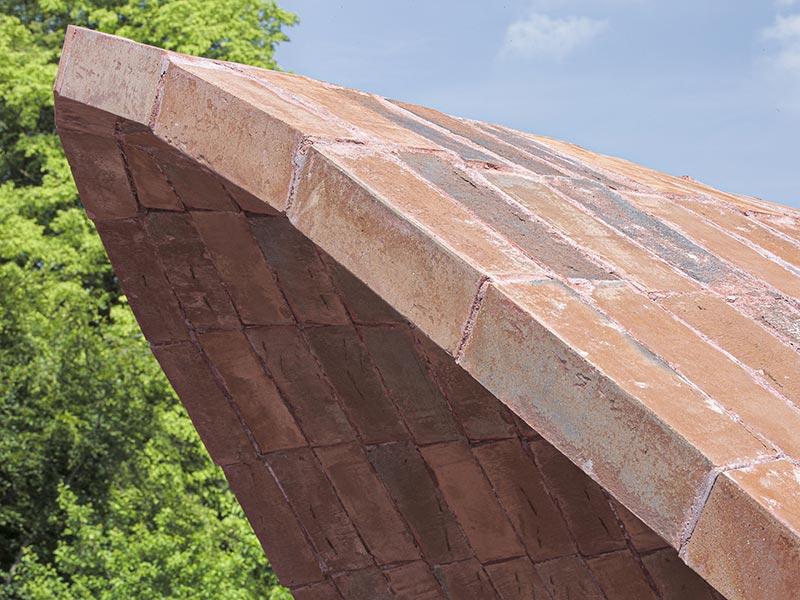 """Die tragfähige dünne """"Schale"""" wird von außen als reine Ziegelschale wahrgenommen. Das Carbontextil sowie der Betonmörtel bleiben im Inneren verdeckt. Die Konstruktion misst insgesamt nur eine Materialstärke von etwa 7 cm Dicke. Foto: Karl Banski"""