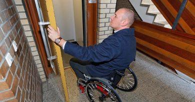 Beschwerlich: Türen, die von Hand geöffnet werden müssen. Gefährlich: Stolperkanten, weil die Aufzugkabine nicht bündig hält. Bild: KONE