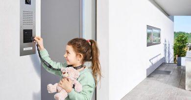 Der elektronische Türöffner ist ideal für Kinder und alle anderen, denen es schwerfällt oder zu lange dauert, einen Schlüssel ins Schloss zu stecken. Bild: S. Siedle & Söhne