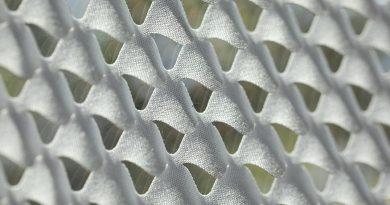 Makroaufnahme des Prototypen des innovativen Sonnenschutzes: Durch Spannung entstehen Öffnungen, die Licht durchlassen. Fotografin: Sandra Junker / TU Darmstadt