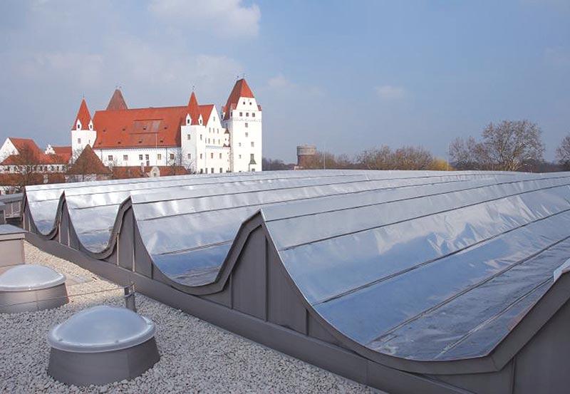 Auch komplexere Dachformen sind mit Metalleindeckung problemlos realisierbar. Foto: Deutsche FOAMGLAS GmbH