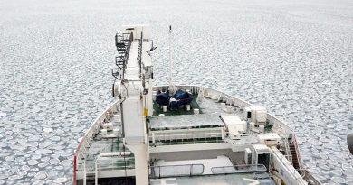 Die SA Agulhas II bahnt sich ihren Weg durch typisches Pfannkucheneis. Foto: Sea Ice Team, SCALE Antarctica Winter Cruise 2019