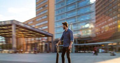 Audi e-tron Scooter – Funktionalität und Style für die letzte Meile: Mit einem neuen E-Scooter-Konzept antwortet Audi auf den urbanen Trend nach multimodaler Fortbewegung. Der Audi e-tron Scooter ist für sportliche Fahrer ausgelegt und kombiniert die positiven Eigenschaften von Elektro-Tretroller und Skateboard. Foto: AUDI AG