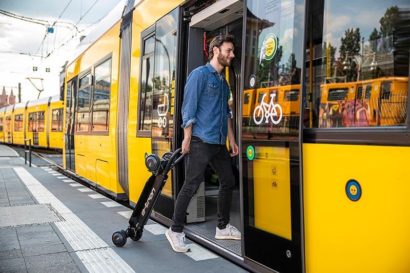"""Für den Transport in Bus oder Bahn lässt sich der zwölf Kilogramm schwere E-Scooter zusammenklappen und als """"Trolley"""" ziehen. Foto: AUDI AG"""