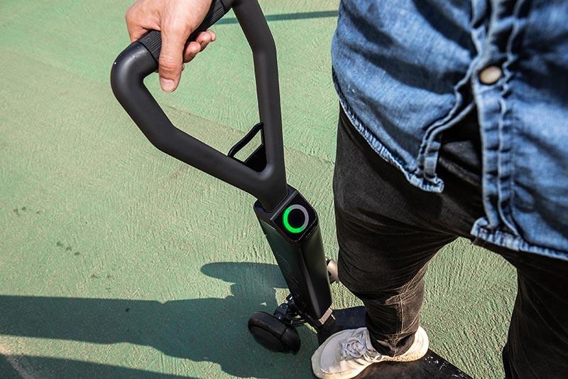 Audi e-tron Scooter – Funktionalität und Style für die letzte Meile: Die Lenkstange verleiht Stabilität, trägt den Akku und die Elektronik sowie ein Display mit dem Batteriestatus. Beschleunigt und gebremst wird über einen Drehgriff. Die Reichweite von 20 Kilometern soll erreicht werden, indem der E-Scooter beim Bremsen rekuperiert, also kinetische Energie zurückgewinnt. Die hydraulische Fußbremse sorgt für zusätzliche Sicherheit. Foto: AUDI AG