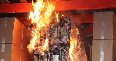 Löschkonzepte: Lithium-Batterien sind eine häufige Brandursache bzw. maximieren im Brandfall das Schadenpotenzial. Gemeinsam mit weiteren Experten hat VdS deshalb Lösungsansätze zum Löschen der jungen Technologie entwickelt und stellt diese kostenlos zur Verfügung (im Bild Brandversuch mit den Batterien).