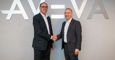 Andrew Wood, CEO von Worley (links) und Craig Hayman, CEO von AVEVA (rechts) kündigen ihre Zusammenarbeit für die erste cloudbasierte ERM an.