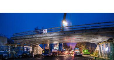 Schwerlastmodule transportierten die bis zu 110 Tonnen schweren Teile zum Einbauort, wo ein 750-Tonnen-Kran diese schließlich auf Widerlager einhob. Bildquelle: HeidelbergCement AG / Steffen Fuchs