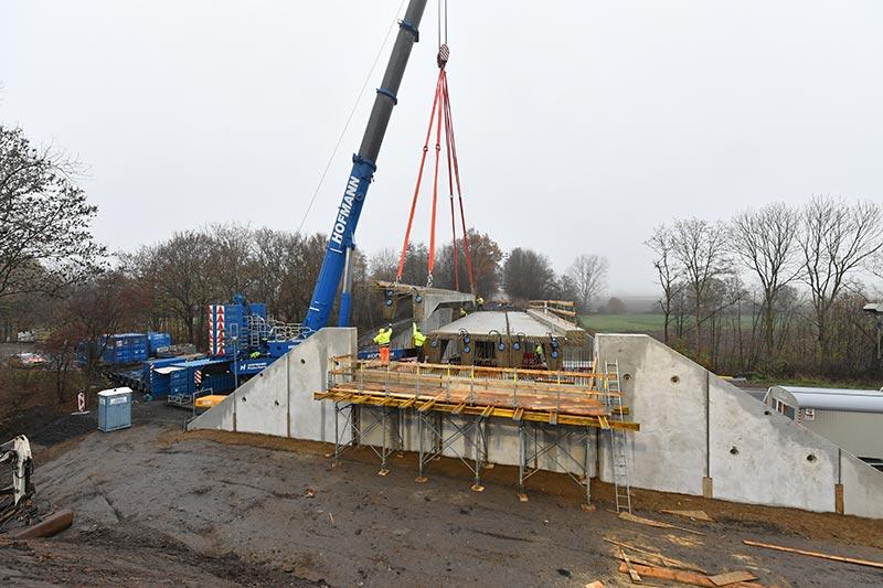 Aus dem Fertigteilwerk wurden je Brücke zwei Flügelwände und ein Träger für die Widerlager angeliefert und eingebaut. Bildquelle: HeidelbergCement AG / Steffen Fuchs