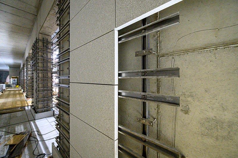 Die Fassadenplatten wurden mit Dyckerhoff FLOWSTONE weiß hergestellt. Foto: Dyckerhoff / Christoph Mertens