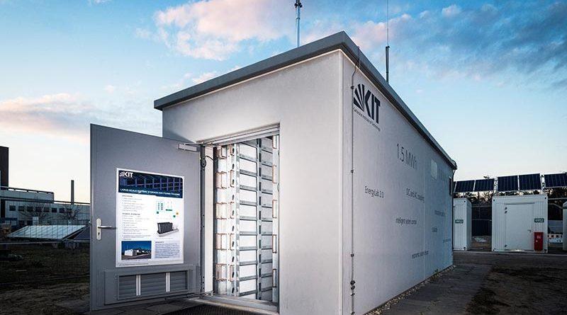 Besonders sicher und effizient: Der neue Lithium-Ionen-Batteriespeicher im Energy Lab 2.0 eignet sich als Quartiersspeicher zur lokalen Netzstabilisierung (Foto: Amadeus Bramsiepe, KIT