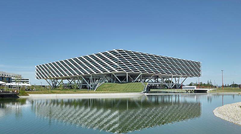 Für die anspruchsvolle Tragwerksplanung der Adidas Arena erhielt Werner Sobek den Ingenieurpreis des Deutschen Stahlbaus 2019. Das Gebäude scheint mehr als 12 Meter über dem Gelände zu schweben. Foto: David Matthiessen, Stuttgart