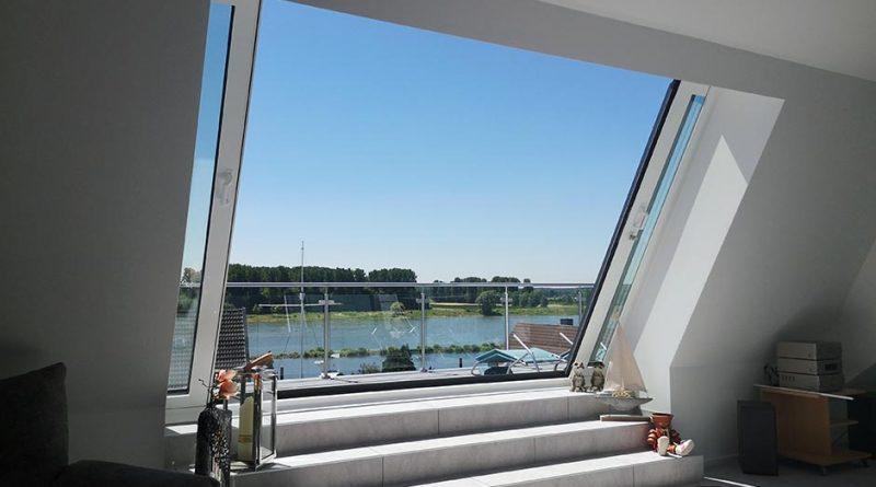 Über drei verflieste Stufen erreichen die Bewohner des umgebauten Hauses in Leverkusen-Hitdorf bequem die neue Dachterrasse, um den wunderschönen Ausblick auf den Rhein zu genießen. Foto: LiDEKO, Daniel Lüdeke