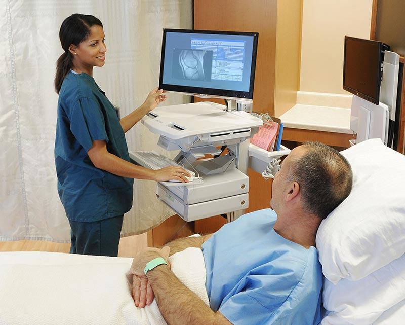 """Durch das sogenannte """"Versorgungsdreieck"""" werden Patient und medizinische Fachkraft näher zusammengebracht. So haben Fachkräfte mehr Zeit für die Patientenbetreuung und können Daten an Ort und Stelle erfassen. Bildquelle: Ergotron"""