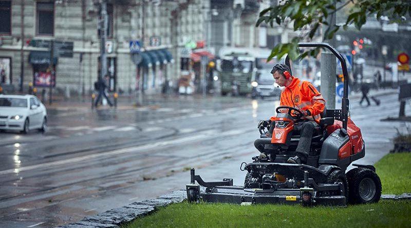 Der Husqvarna P 535HX Hybrid-Rider fährt elektrisch und mäht kraftstoffbetrieben – auf Wunsch auch mit HVO100 Bio-Diesel.