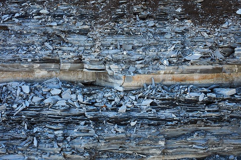 Posidonienschiefer, ein schwieriger Baugrund, der zur Gipskristallbildung neigt, wenn seine Wasserdampfsättigung aus dem Gleichgewicht gerät.