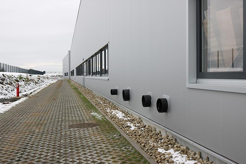 Die Notentwässerung an der Längsseite der Halle 8 führt das Regenwasser direkt auf schadlos überflutbare Außenflächen.