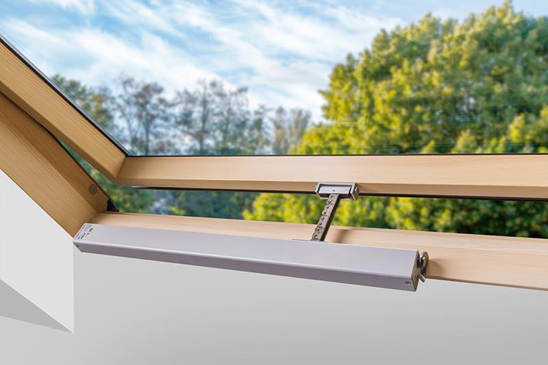 Der Kettenantrieb des FSR P1 öffnet den Schwingflügel des FSR P1 auf 90 Grad. Damit lässt sich für das Fenster der größtmögliche geometrische Öffnungsquerschnitt für die Entrauchung erreichen. Je nach Fenstergröße sind geometrische Öffnungsquerschnitte von 0,5 bis 1,68 Quadratmeter möglich. Die Fenster können bei Bedarf auch kombiniert verbaut werden. Foto: FAKRO