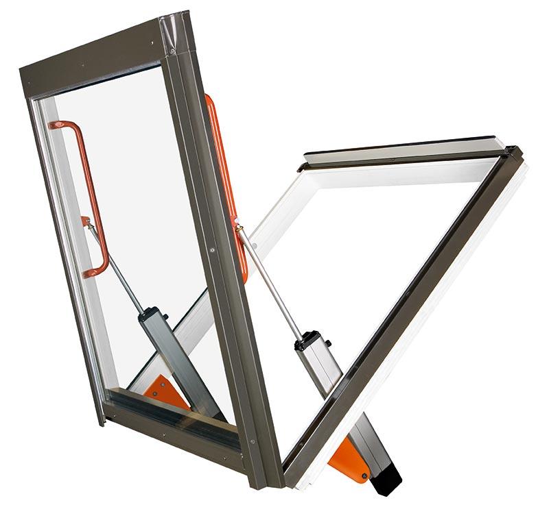 """Der """"Große Bruder"""" des FSR P1 Fensters ist das nach oben öffnende Rauchabzugsfenster FSP P1 bzw. das hier gezeigte FSU P1 mit Kunststoff-Oberfläche (Dreifachlackierung mit Polyurethan-Kunststofflack). Dieses Fenster hat seinen Anschlag - im Gegensatz zu üblichen Klapp-Fenstern - am unteren Rahmenelement und wird von zwei leistungsfähigen Elektromotoren geöffnet. Der Rauch kann einfach nach oben entweichen. Foto: FAKRO"""
