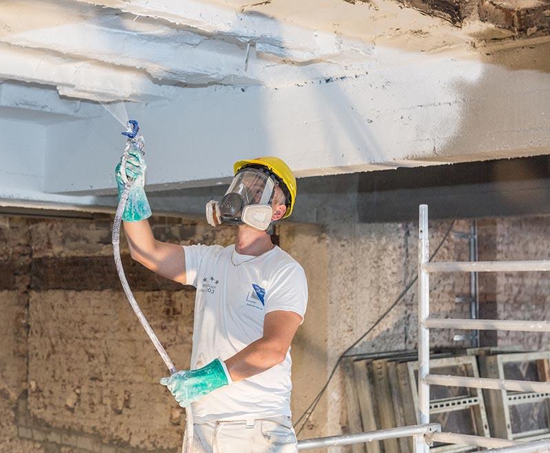 Die Brandschutzbeschichtung für Beton Sika Unitherm Concrete W lässt sich im Airless-Spritzverfahren schnell und einfach auftragen. Foto: Sika Deutschland GmbH