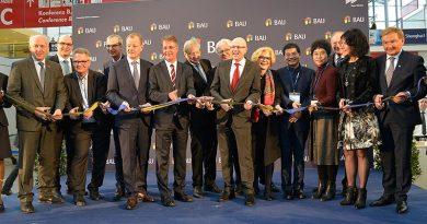 Die BAU 2021 ist im Plan für eine Eröffnung im Januar 2021, dann allerdings mit Abstand und hoffentlich mit höherem Frauenanteil auf offiziellen Bildern. Foto: Messe München