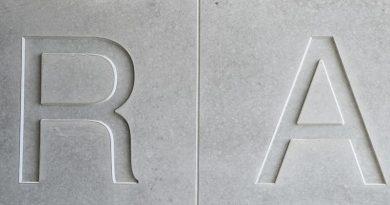 Die Lärmschutzplatte erhielt zur optischen Transparenz eine Scheinfuge zwischen den Buchstaben. Bild: SySpro-Gruppe Betonbauteile e.V.; Beton-Betz GmbH