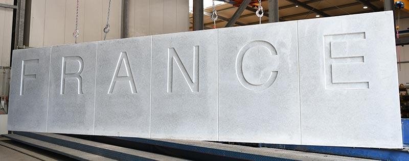 Im Fertigteilwerk Beton-Betz GmbH hergestellte Lärmschutzwand mit spezieller Buchstabenstruktur. Bild: SySpro-Gruppe Betonbauteile e.V.; Beton-Betz GmbH