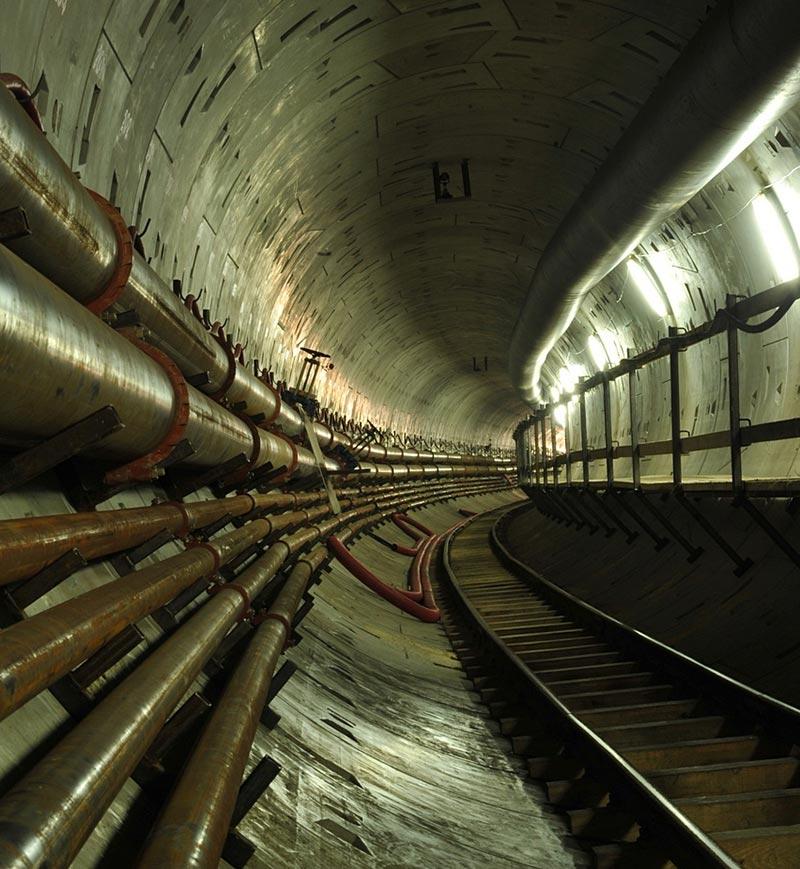 Der Weichsel-Tunnel in Polen verfügt über zwei getrennte Röhren je Fahrtrichtung und an der Stelle der Tunnelquerung ist die Weichsel 210 Meter breit und 12 Meter tief. Quelle: Źródło PRG Metro