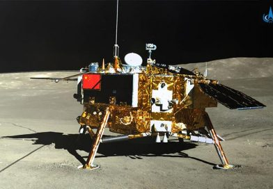 Illustration: Die Chang'e-4 Mondlandesonde aufgenommen vom Rover Yutu-2. Das Kieler Messgerät befindet sich links hinter der Antenne. Quelle: CNSA/CLEP