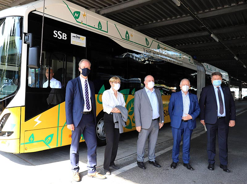 Die neuen Elektro-Gelenkbusse Volvo 7900 EA nehmen bei der Stuttgarter Straßenbahnen AG (SSB) als erstem ÖPNV-Betreiber in Deutschland ihren Betrieb auf. Von links nach rechts: Mario Laube, Kaufmännischer Vorstand der SSB; Dr. Sabine Groner-Weber, Personalvorständin und Arbeitsdirektorin der SSB; Thomas Moser, Technischer Vorstand und Vorstandssprecher der SSB; Fritz Kuhn, Oberbürgermeister der Stadt Stuttgart und Aufsichtsratsvorsitzender der SSB; Thomas Hartmann, Geschäftsführer der Volvo Busse Deutschland GmbH.