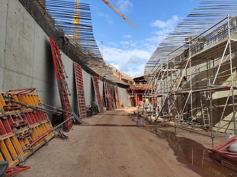 In der offenen Bauweise entstehen zuerst Bodenplatte und Wände, danach wird die Decke betoniert.. Foto: LBM Diez