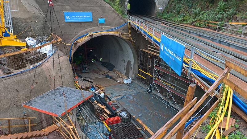 An dem fertigen bergmännischen Tunnel wird ein Übergang zum Tunnel in offener Bauweise für die Eisenbahn-Hilfsbrücke errichtet. Foto: LBM Diez