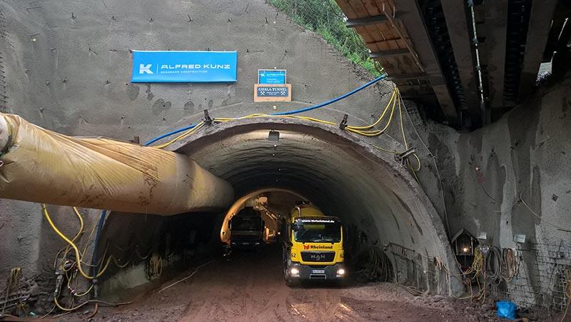 Für die Absicherung des Vortriebsbereichs im bergmännischen Tunnel lieferte Dyckerhoff 14 Stunden Spritzbeton pro Tag. Foto: LBM Diez