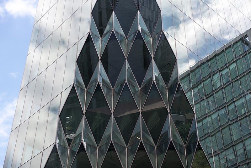 Polygonartig, organisch, fragmentiert – meisterhafter Fassadenbau von Focchi, geplant von Studio Gang Architekten. Foto: Timothy Schenck / Focchi