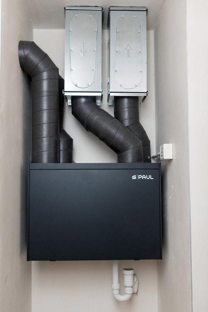 Die Komfort-Lüftungsgeräte Focus und Novus zeichnen sich durch einen hohen Wärmebereitstellungsgrad von über 90 % aus, wofür sie unter anderem mit dem Passivhauszertifikat ausgezeichnet wurden. Sie garantieren eine komfortable und individuelle Be- und Entlüftung der einzelnen Wohneinheit gepaart mit anwenderfreundlicher Bedienung und höchster Energieeffizienz. Bildquelle: Zehnder Group Deutschland GmbH, Lahr
