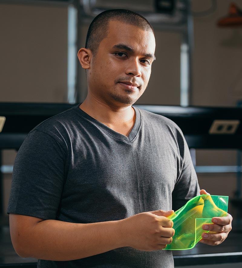Carvey Ehren Maigue ist 27 Jahre alt und studiert Elektrotechnik an der Universität Mapua auf den Philippinen. In den vergangenen 10 Jahren hat er neben seinem Studium auch andere Ingenieure bei der Entwicklung von externen Projekten unterstützt, um sein Studium zu finanzieren.