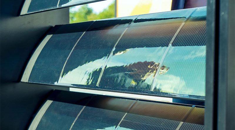 Die Perowskit-Zellen von Saule Technologies sind ultraleicht, flexibel und lassen sich auch vertikal montieren.