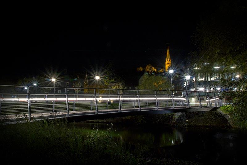 """Das schwäbische Unternehmen LUX GLENDER hat ein """"Licht-im-Handlauf-System"""" erfunden, das Brücken linear in Szene setzt. Diese besondere Form der Beleuchtung vermeidet jene dunkleren Bereiche und Zonen, die durch eine klassische punktförmige Einzelbeleuchtung durch Straßenlaternen entstehen. Bildquelle: lux-glender.com"""